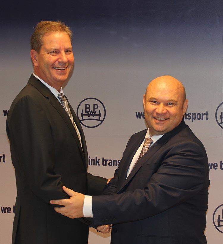 Toplantıda IAA Hannover fuarında inovasyon ödülü alan AirSave ve diğer yenilikçi ürünleri eTransport, ePower, ECO Vision'u paydaşlarına tanıtan ve kullanıcılara sunacağı avantajları anlatan BPW Avrupa Satış Direktörü Dietmar Böser: Lojistik maliyetlerinde tasarruf sağlayan AirSave, lastik basınçlarını kontrol ederek aracın uygun lastik basıncında hareket etmesini güvence altına alıyor,
